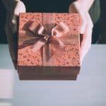Vers une remise en cause des exonérations sociales sur les bons d'achat et cadeaux aux salariés ?